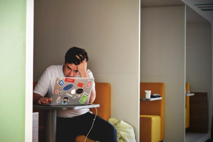 Es posible que un poco de estrés en el trabajo pueda volverte más productivo/a, pero si toleras su presencia de forma continua acabarás enfermando.