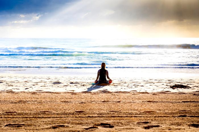 La meditación te conecta aquí y ahora con tu ser interior, silencia tu mente y regula tus emociones.
